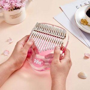 kalimba-instrument-acrylique-tachete- dans-mains